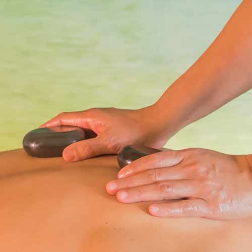 Die gute Massage: Heiße Steine werden auf den Rücken gelegt.